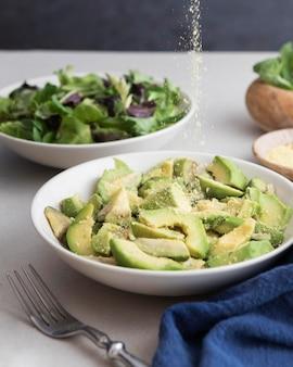 Pratos com fatias de salada e abacate