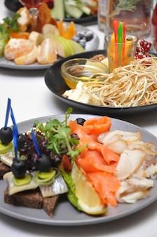 Pratos com petiscos saborosos em banquete em restaurante
