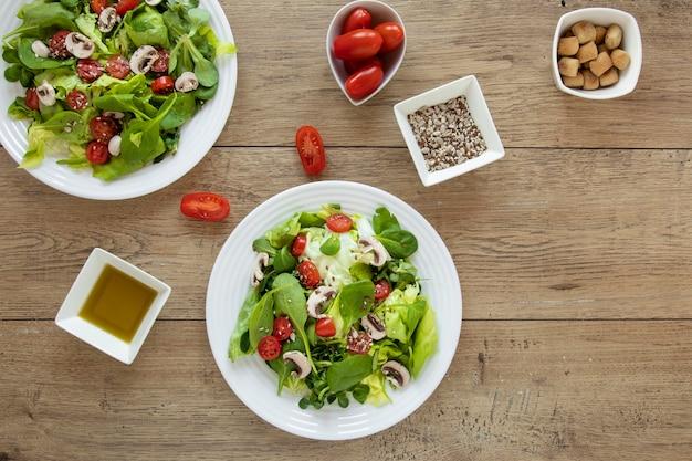 Pratos com salada e molho ao lado