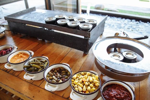 Pratos com várias saladas e lanches no restaurante buffet