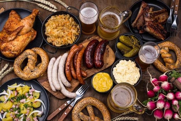 Pratos da oktoberfest com cerveja, pretzel e linguiça