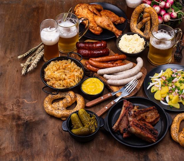 Pratos da oktoberfest com pretzel de cerveja e linguiça