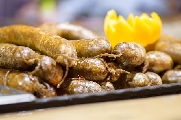 Pratos de abate de porco húngaro tradicional, morcela