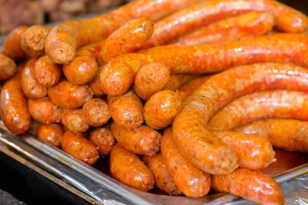 Pratos de abate de porco húngaro tradicional, salsichas fritas