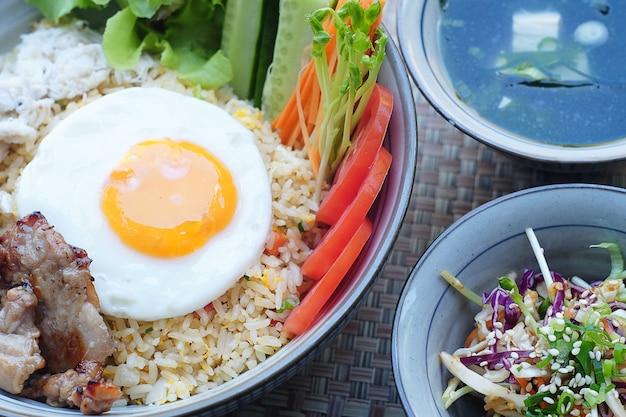 Pratos de arroz frito de porco tailândia