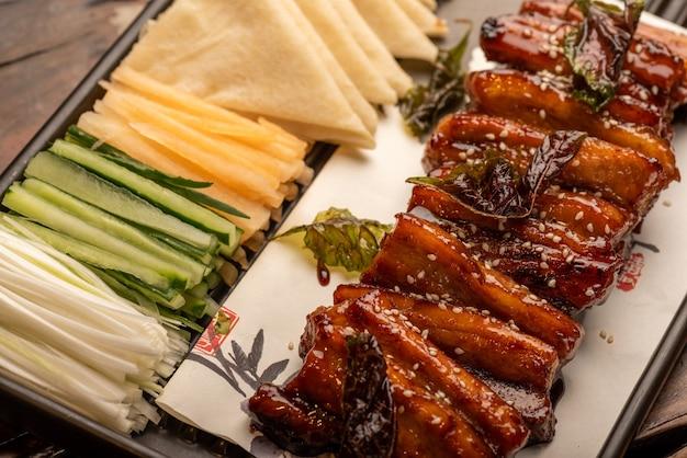 Pratos de banquete chinês tradicional, carnes grelhadas revestidas