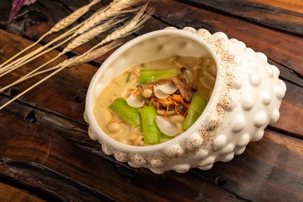 Pratos de banquete chinês tradicional, sopa de cogumelos diversos