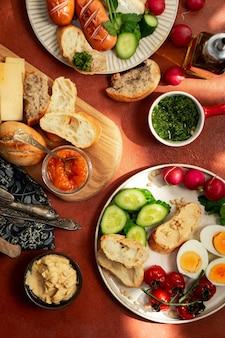 Pratos de café da manhã estilo mediterrâneo