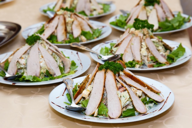Pratos de carne em uma mesa em um banquete