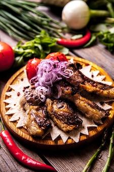 Pratos de carne quente - costela com tomate