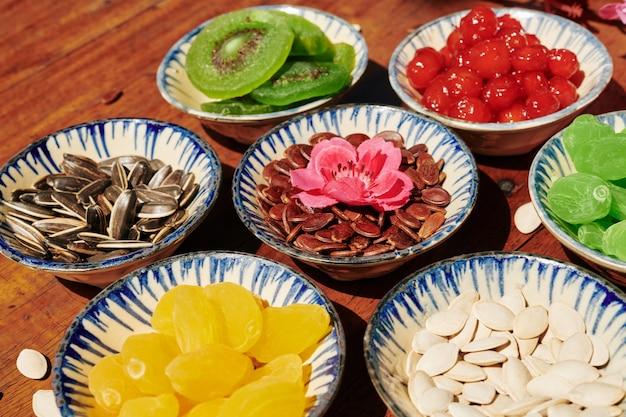Pratos de cerâmica com frutas secas e sementes