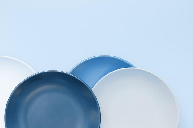 Pratos de cerâmica de cor azul na moda