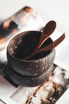 Pratos de coco. tigela, garfo e colher de casca de coco
