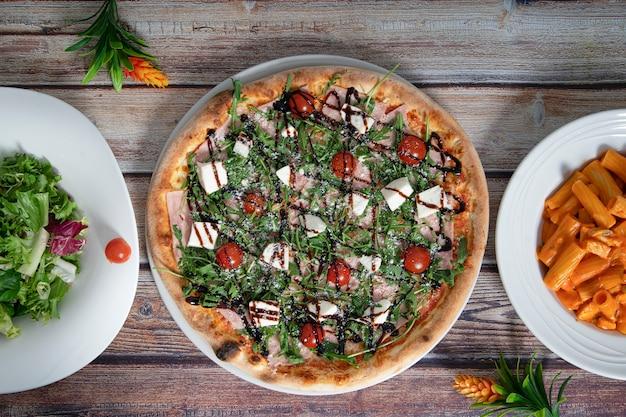 Pratos de comida italiana na mesa de madeira
