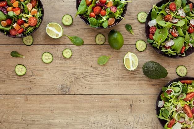Pratos de cópia-espaço com salada