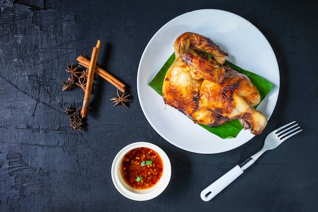 Pratos de frango grelhado fresco em um prato e molho servido