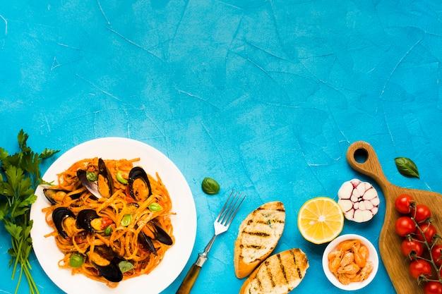 Pratos de frutos do mar de configuração plana com copyspace