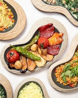 Pratos de legumes grelhados e arroz