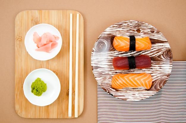 Pratos de madeira com sushi e wasabi