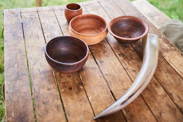 Pratos de madeira na mesa