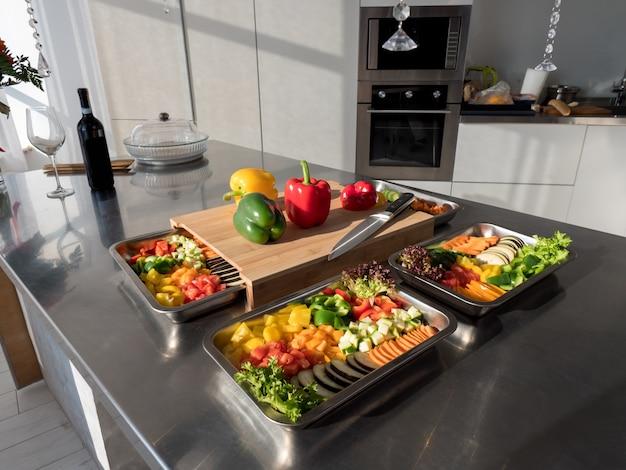 Pratos de metal e madeira com vegetais na cozinha