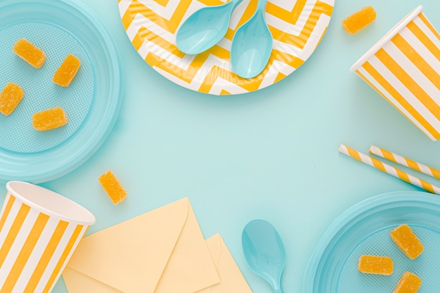 Pratos de plástico com colheres