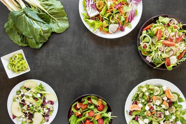 Pratos de quadro com saladas variadas