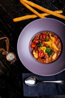 Pratos de restaurante. comida bonita e saborosa em um prato. bela comida servida
