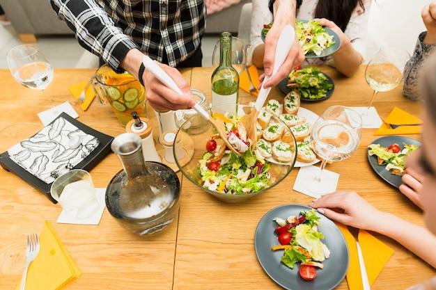 Pratos de saladas na mesa