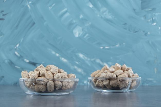 Pratos de vidro com cereais crocantes de centeio.