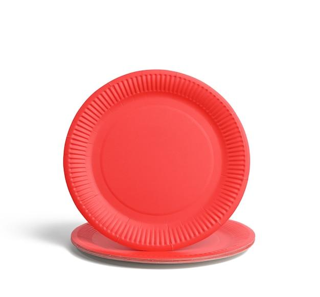 Pratos descartáveis de papel vermelho vazio, vista superior. o conceito de rejeição do plástico, preservação do meio ambiente