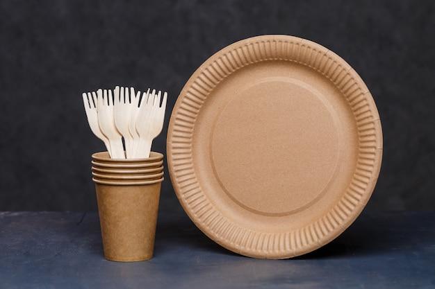 Pratos descartáveis de papelão feitos de materiais ecológicos. não obstrui a natureza pratos ecológicos, descartáveis, recicláveis e compostáveis. copos de papel para beber, pratos