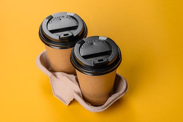 Pratos descartáveis feitos de papelão marrom ecológico reciclado de resíduos de papel