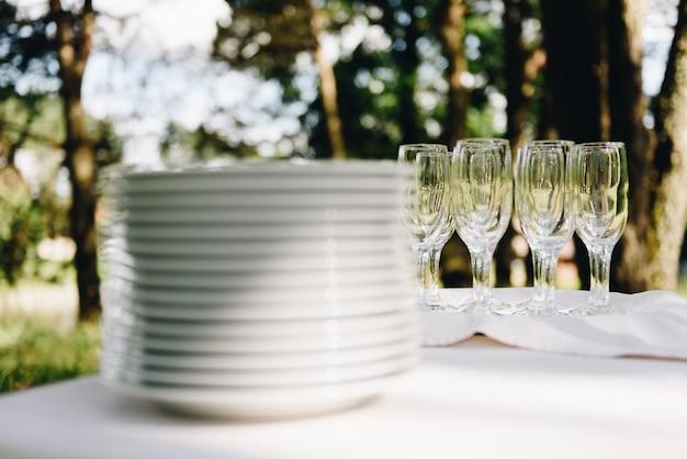 Pratos e copos empilhados sobre uma mesa