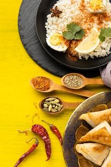 Pratos e especiarias indianas planas