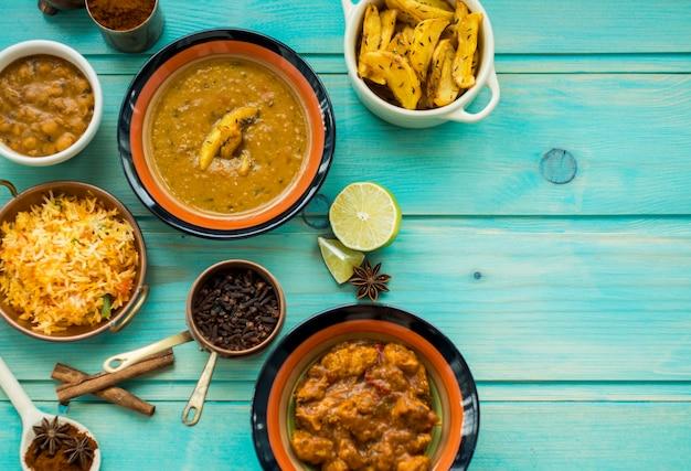 Pratos e especiarias na mesa brilhante