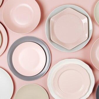 Pratos e travessas para servir uma mesa festiva em fundo de tons pastel. camada plana, vista superior.