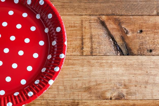 Pratos espanhóis com bolinhas vermelhas