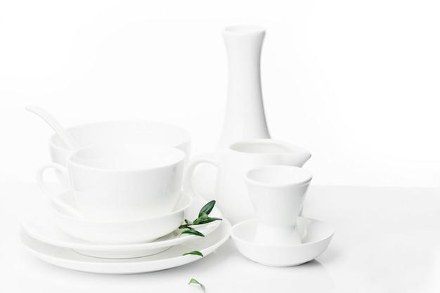 Pratos festivos brancos de diferentes tamanhos e formas