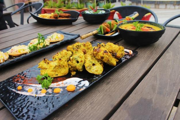 Pratos indianos na mesa de madeira