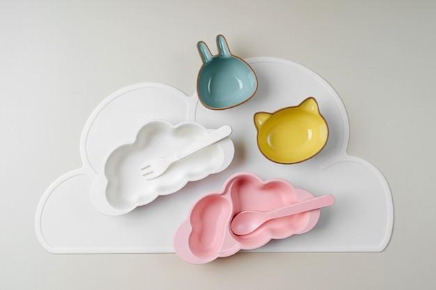 Pratos infantis bonitos em forma de uma nuvem e animais. servindo bebê. conceito de cardápio infantil, nutrição e alimentação