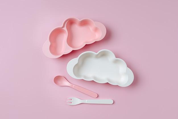 Pratos infantis vazios em forma de nuvem. servindo bebê. conceito de menu infantil