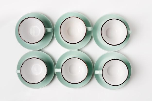 Pratos limpos, café ou chá. abundância de elegantes xícaras e pires de porcelana, high key, top view e flat lay.