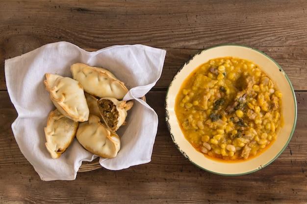 Pratos locro e empanadas, alimentos tradicionais argentinos que são frequentemente consumidos em feriados nacionais