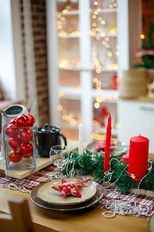 Pratos na decoração de ano novo na mesa de madeira