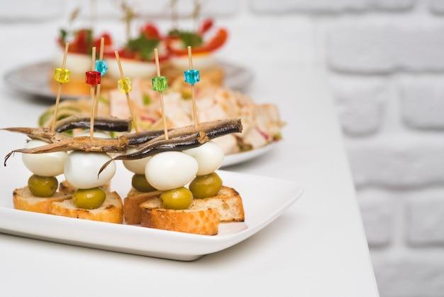 Pratos na mesa com comida de catering