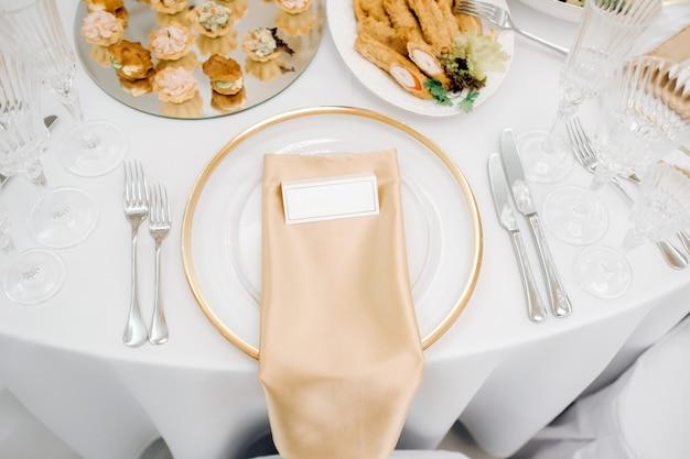 Pratos na mesa de casamento, decoração da mesa de jantar para o feriado.