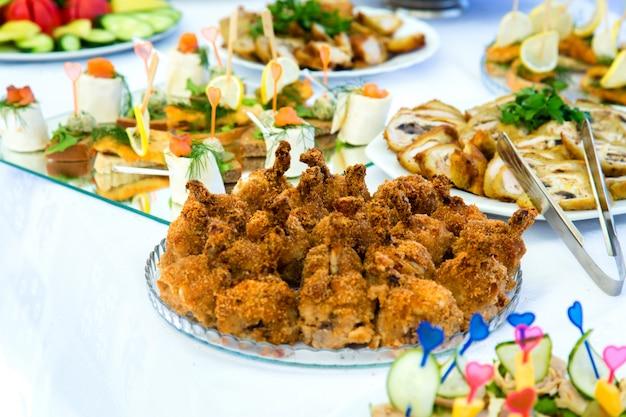 Pratos na mesa do banquete