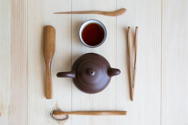 Pratos para chá e palitos de madeira
