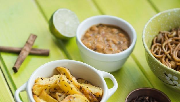 Pratos perto de canela e limão